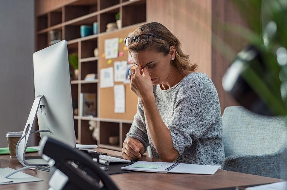 Affärskvinna är stressad.