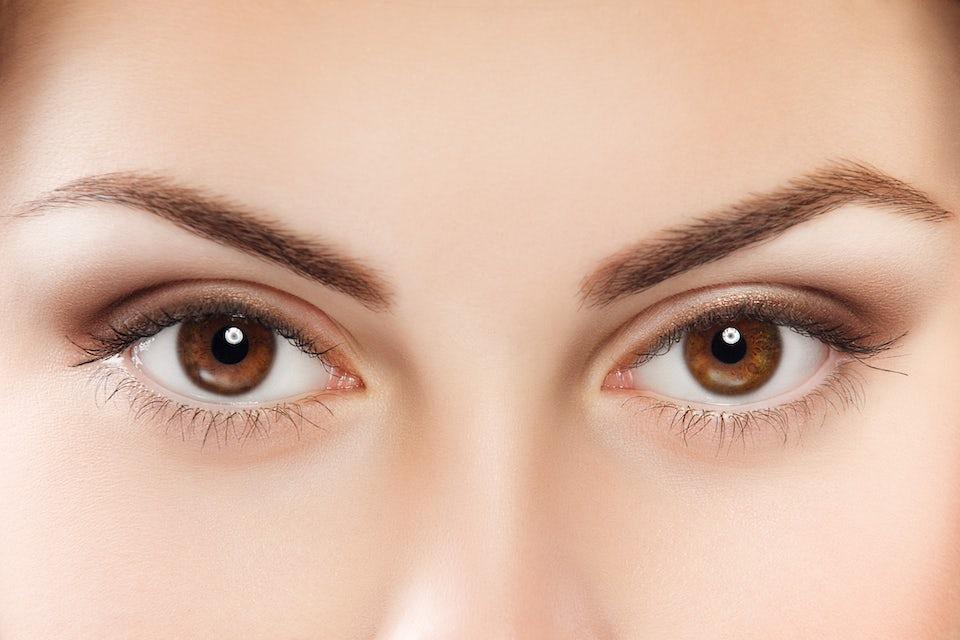 Bruna ögon.