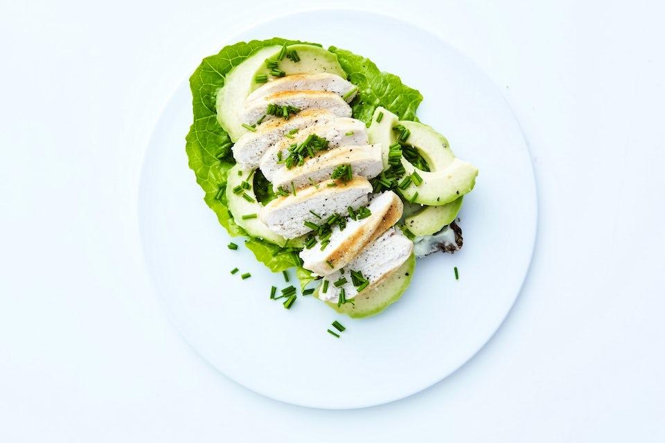 Tallrik med kyckling och avokado.