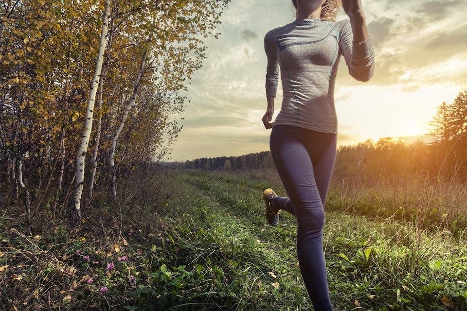 Kvinde løber i skov