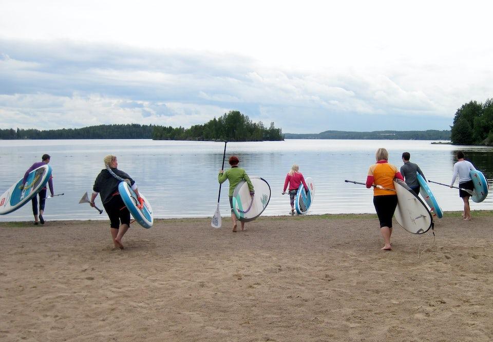 Suppailijat matkalla veteen