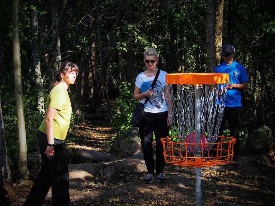 Frisbeegolf-kiekko maalikorissa