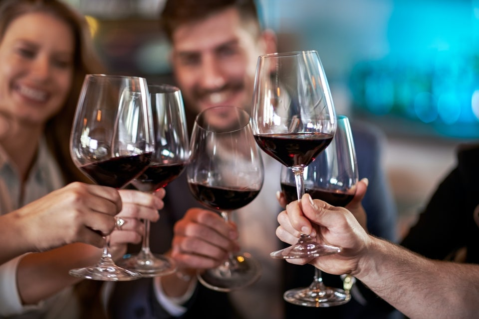 Nainen katselee viinilasia