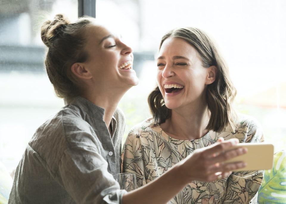 Kvinna skrattar.
