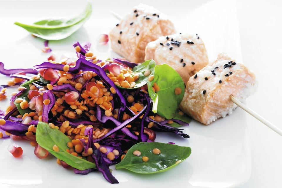 Tallerken med laks og farverig salat