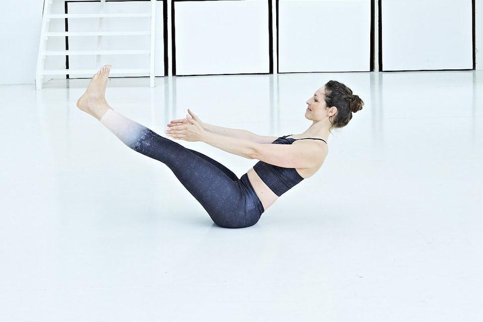 Dynamisk båt, kvinna gör yoga