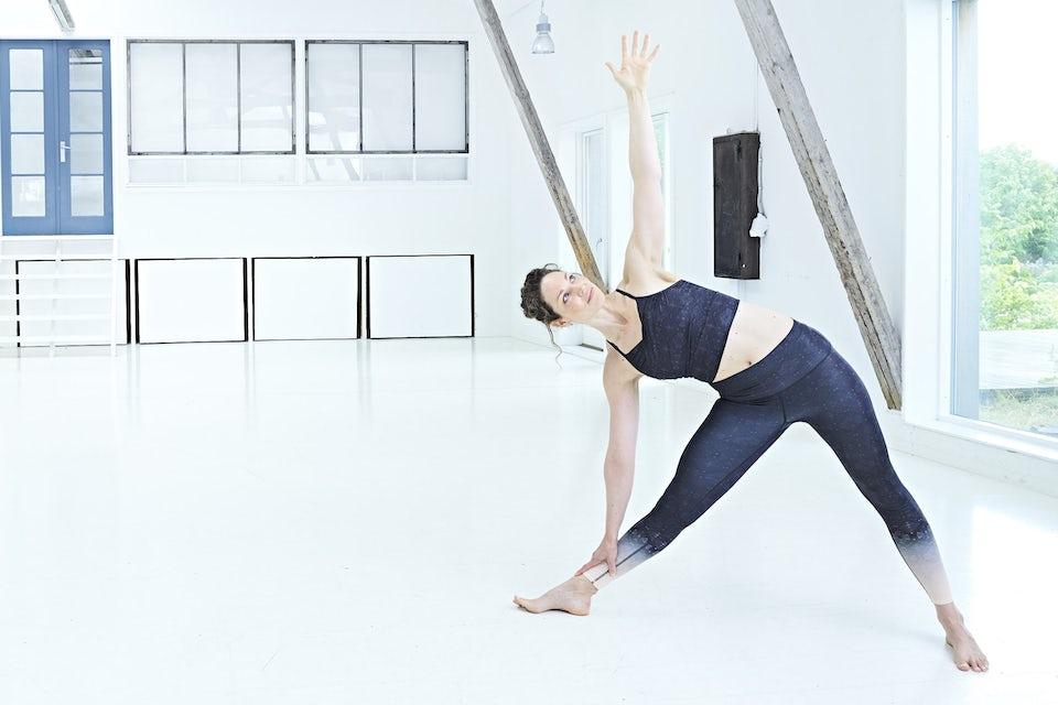 Trekanten, kvinne trener yoga