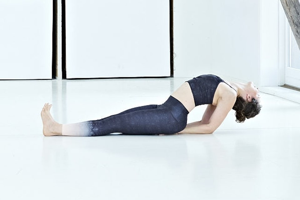Fisken, kvinna gör yoga.