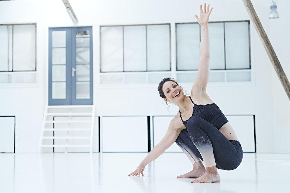 Knebøy med vri, kvinne trener yoga