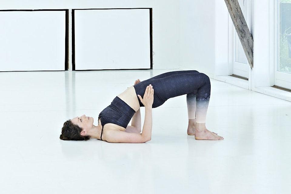 Liten bro, kvinne trener yoga