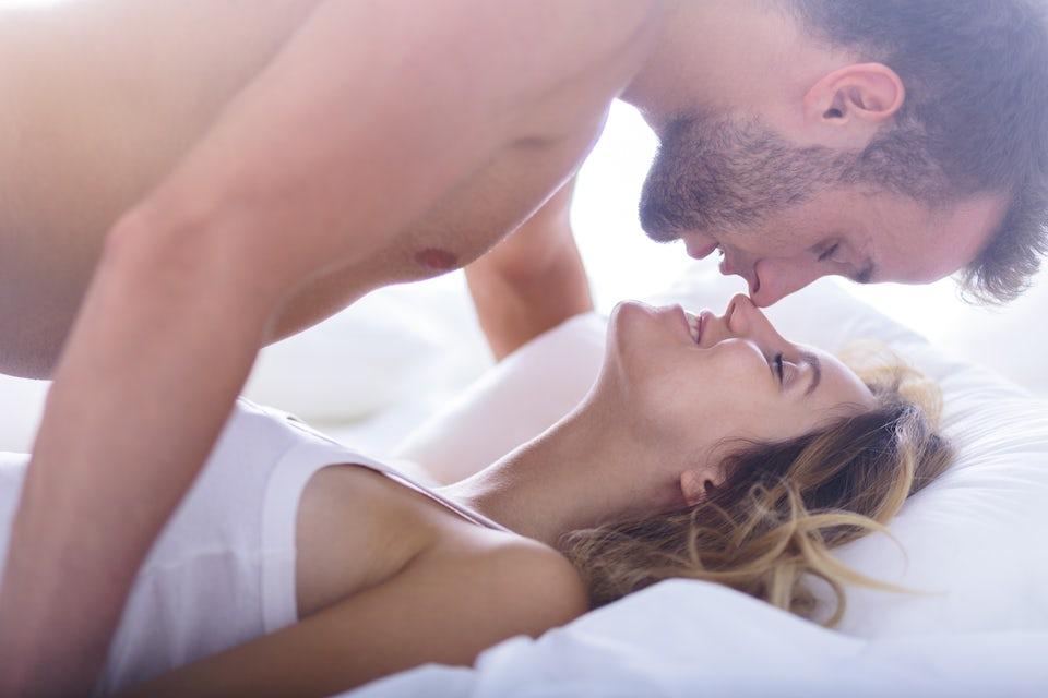 Suuteleva pari vuoteessa