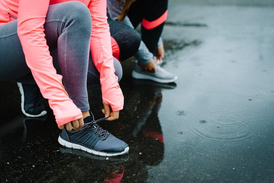 Nainen sitoo juoksukenkiä