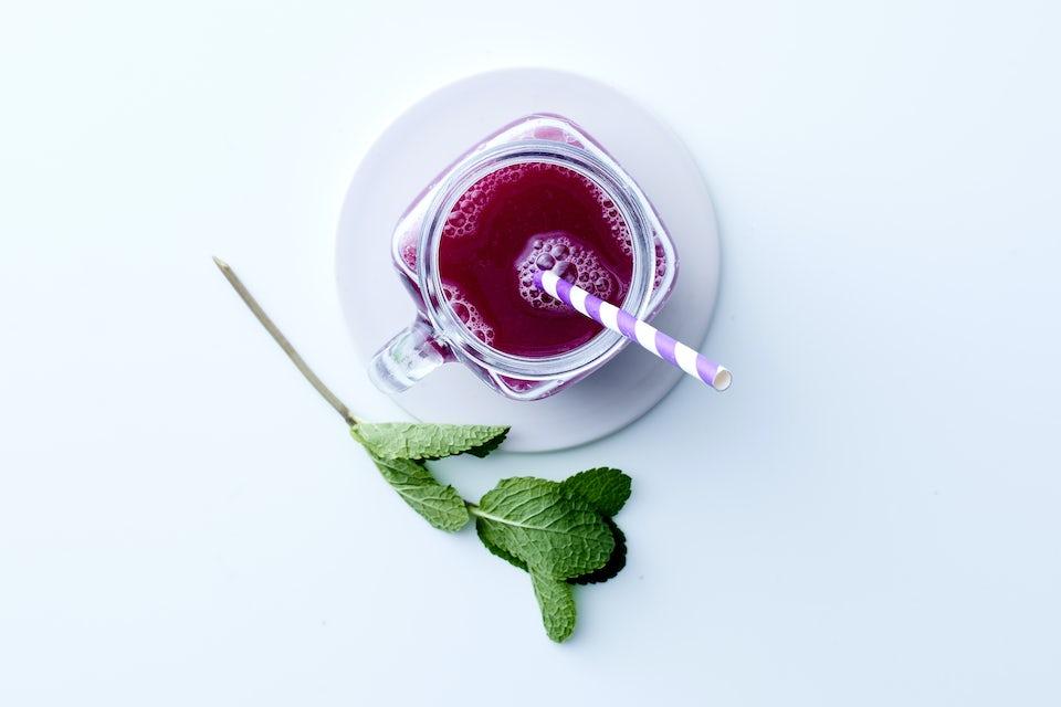 Rødkålsjuice og mynteblad