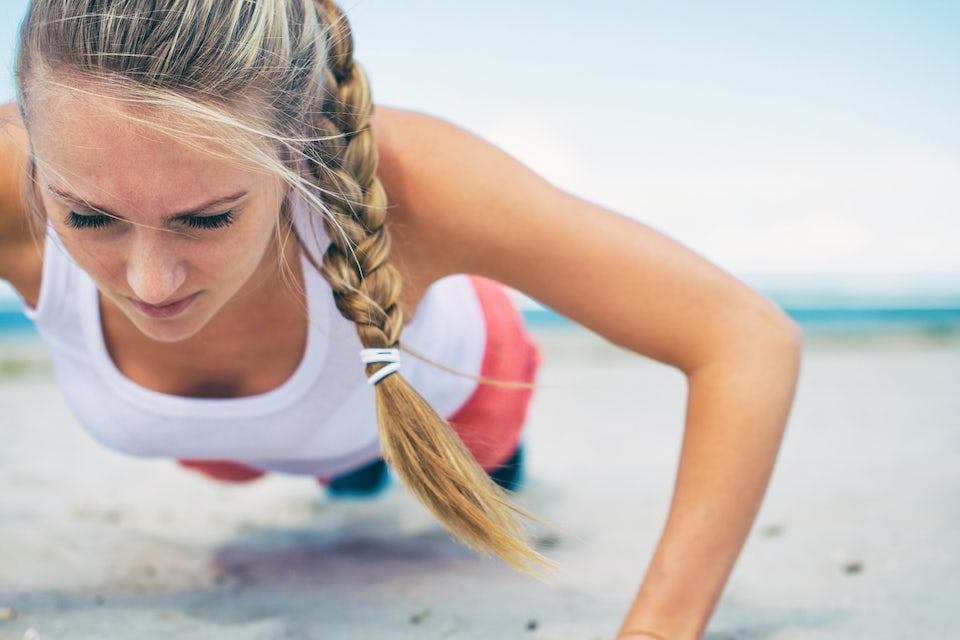 7-Minute Workout, kvinna tränar ute i det fria.