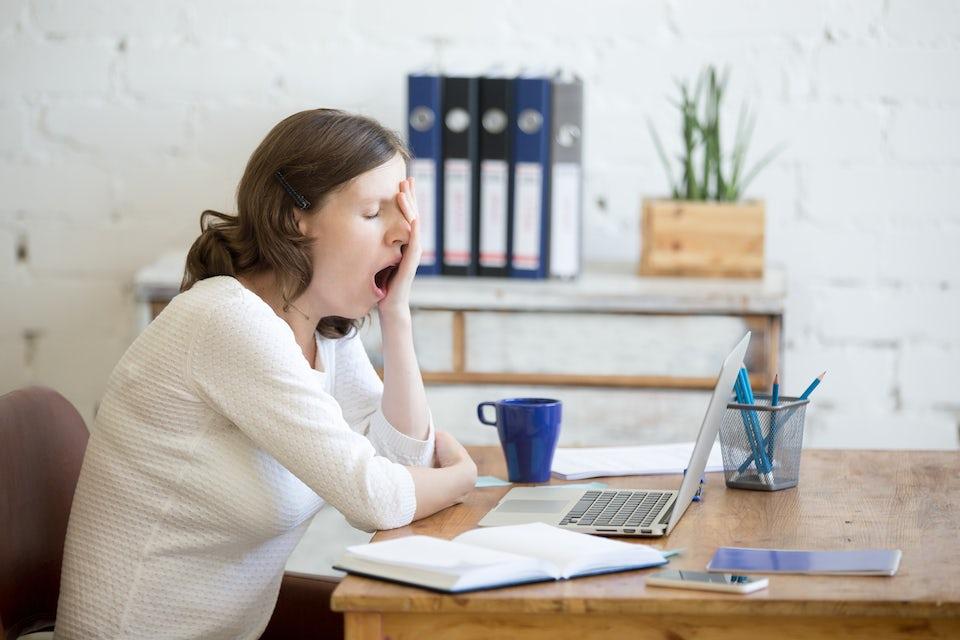 Træt arbejdskvinde, ingen søvn