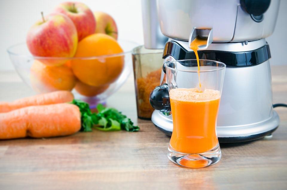 Jusmaskin og frukt på bordet