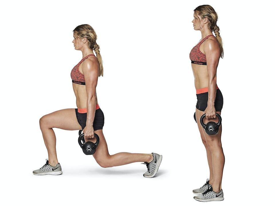 Kvinna gör walking lunges.