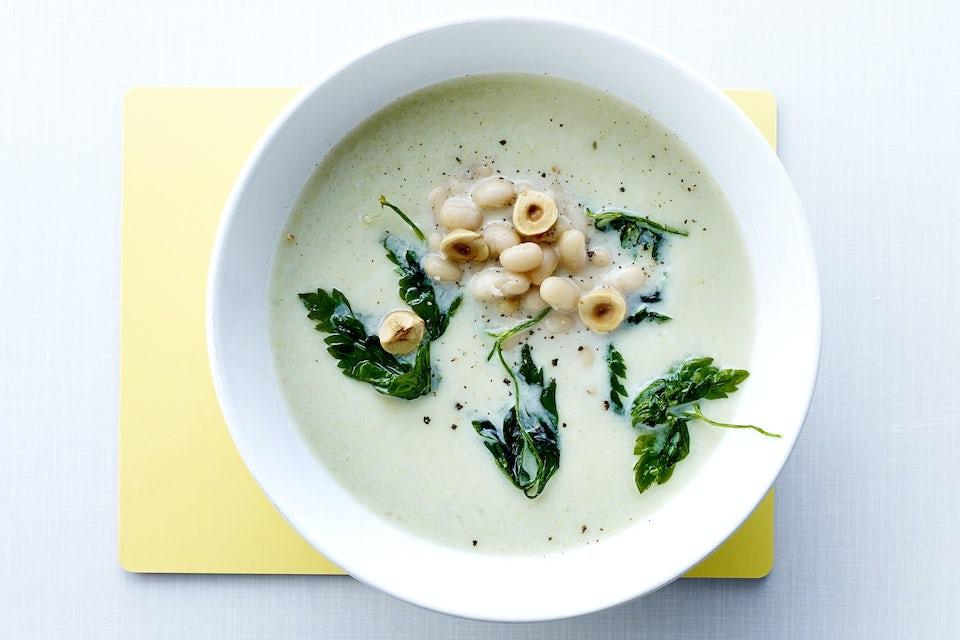 Soppa med bönor och persilja i en skål