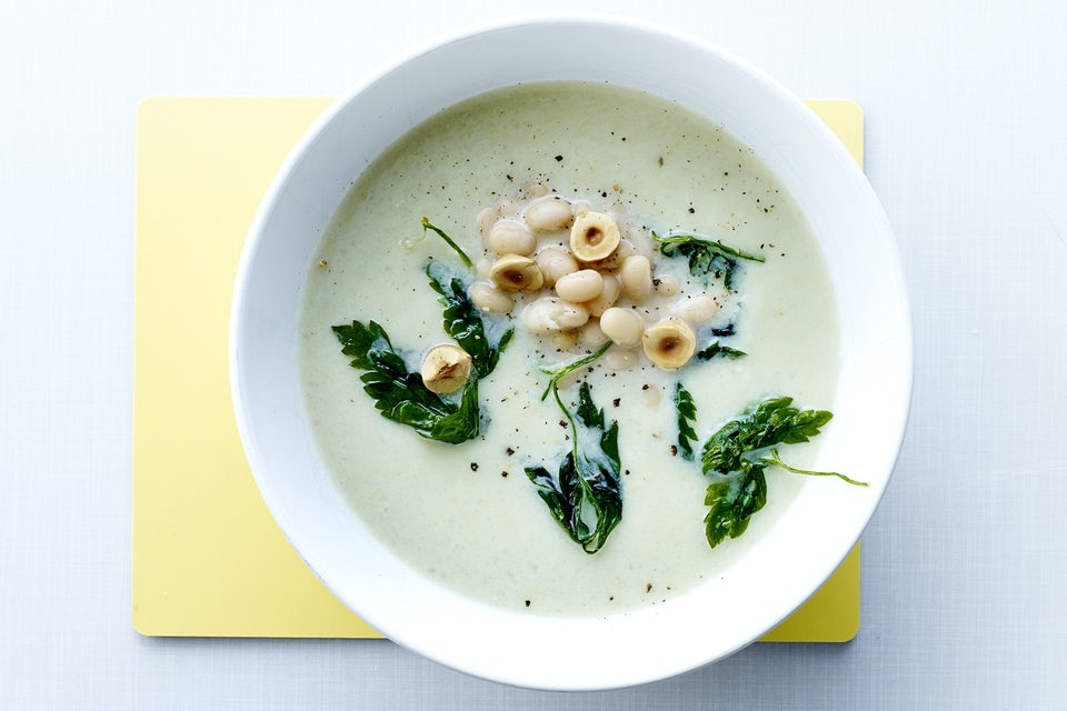 Suppe med bønner og persille i en tallerken