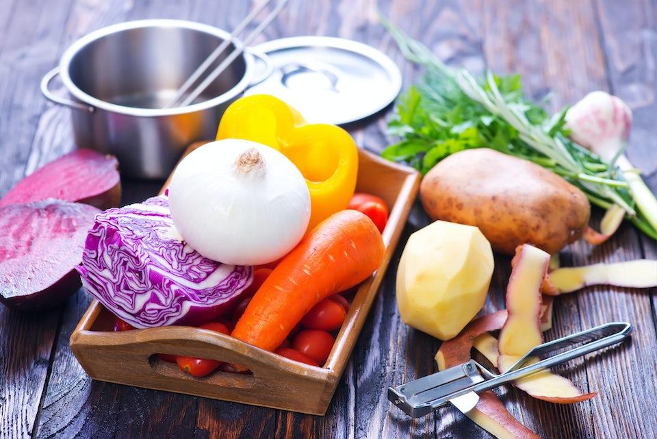 Träbord med råa grönsaker.