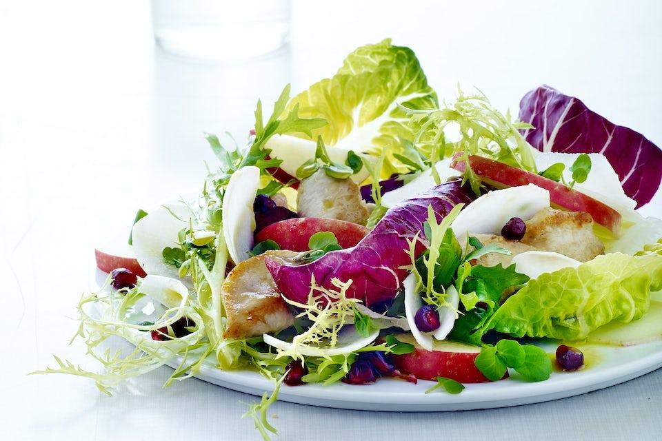 Salat med kylling på en tallerken