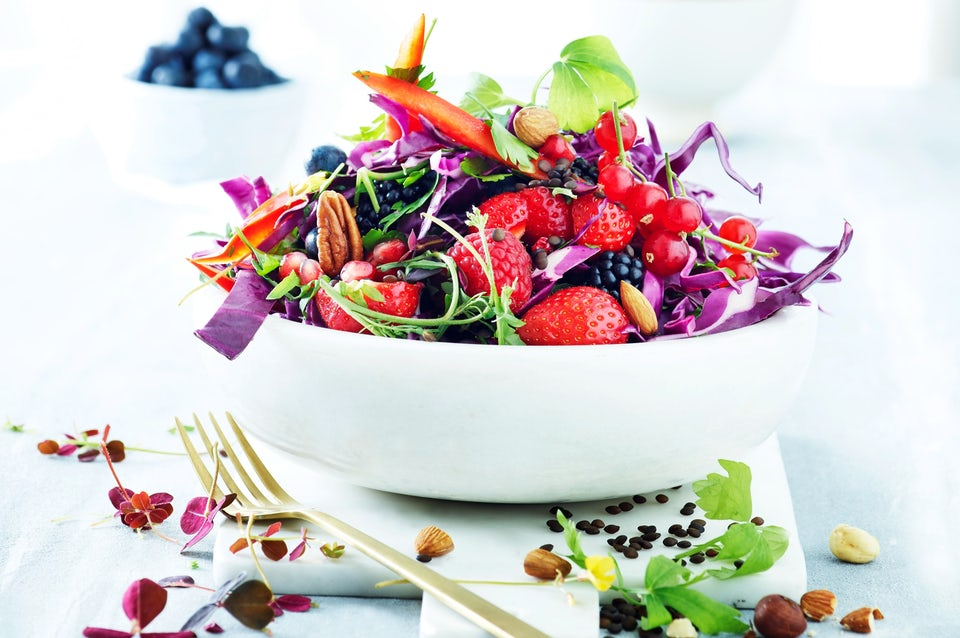 Skål med farverig salat