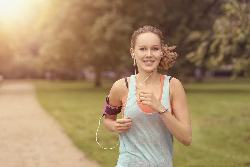 Nainen juoksee
