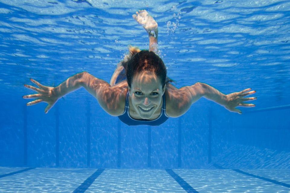 Undervattensbild av kvinna.