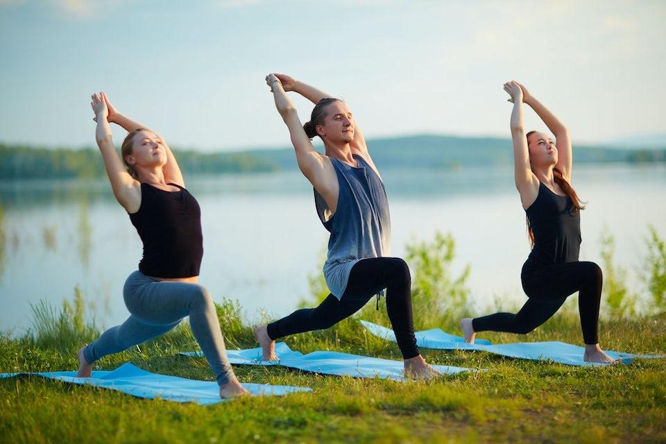Kvinna gör yoga i skogen.