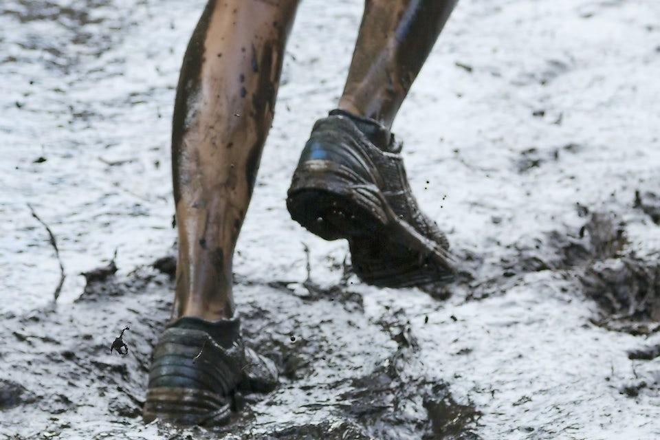 løper i gjørme