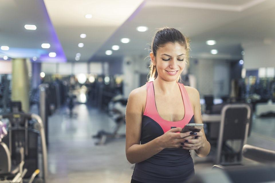 Kvinna på gymmet.