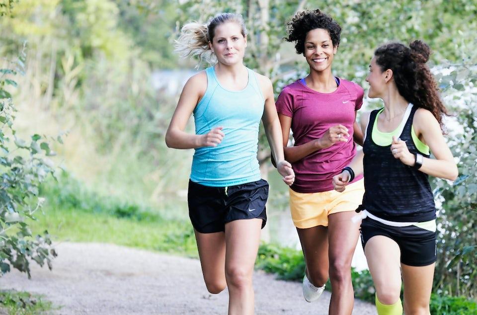 Tre kvinnor springer en runda, träningsmotivation.