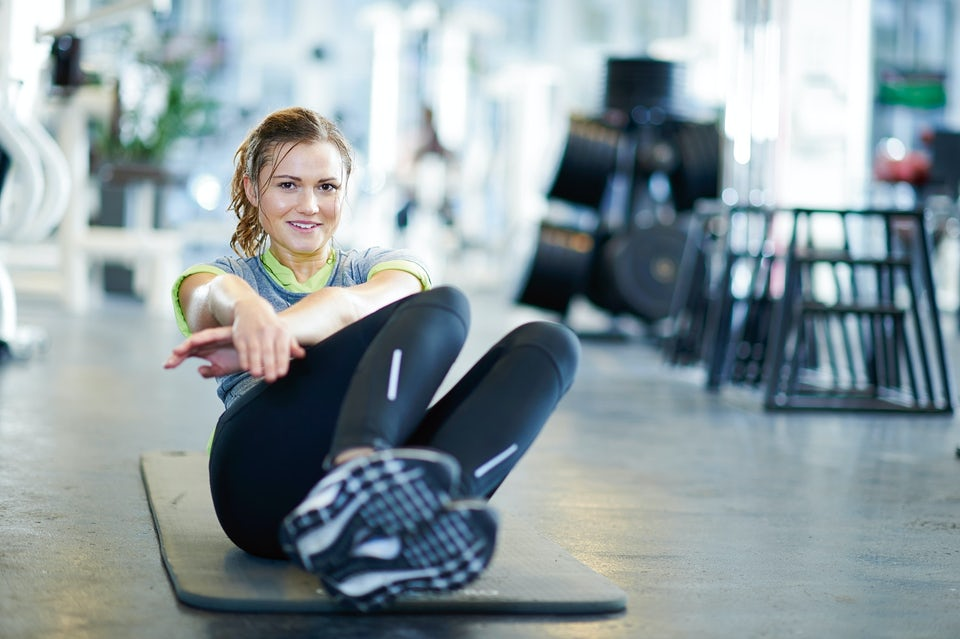 Kvinna tränar på matta