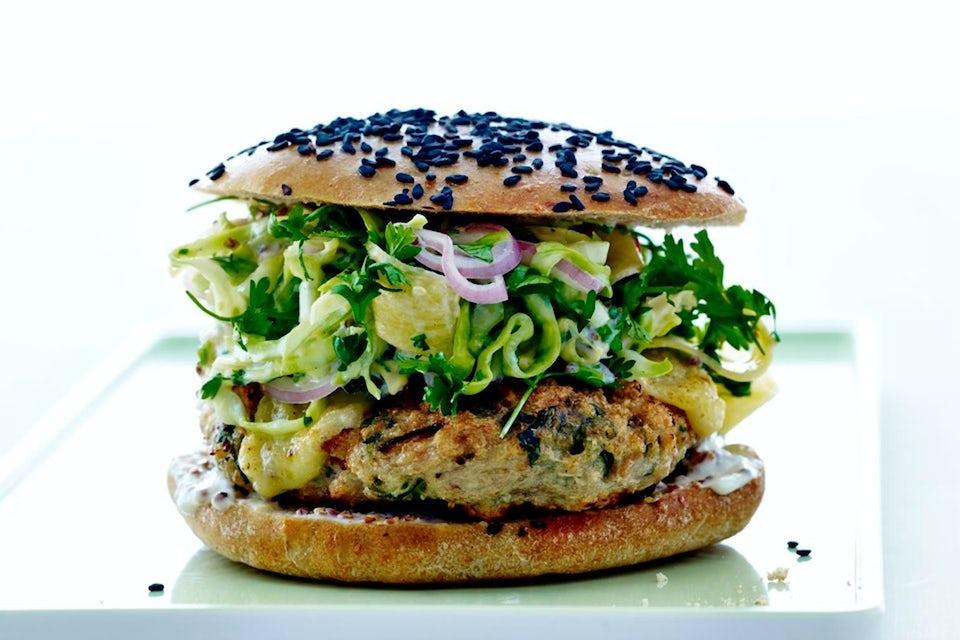 kyllingeburger med hjemmelavet burgerbolle og coleslaw