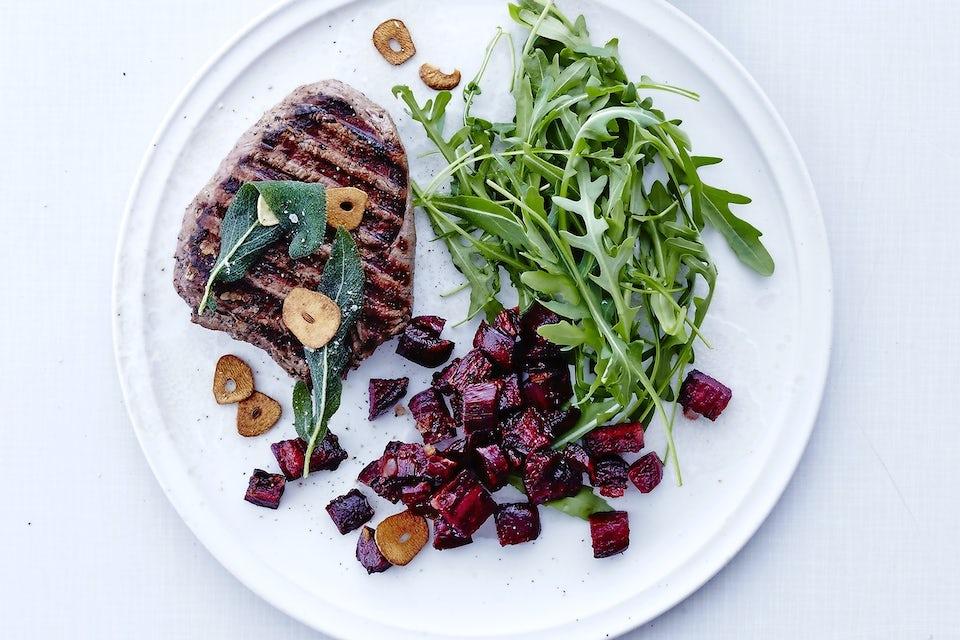 Tallerken med steak, rødt og grønt
