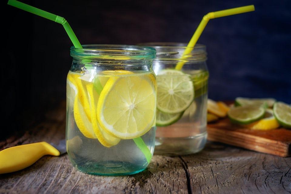 Glass med vann og sitron