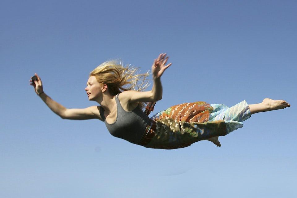 Kvinna svävar på himlen.