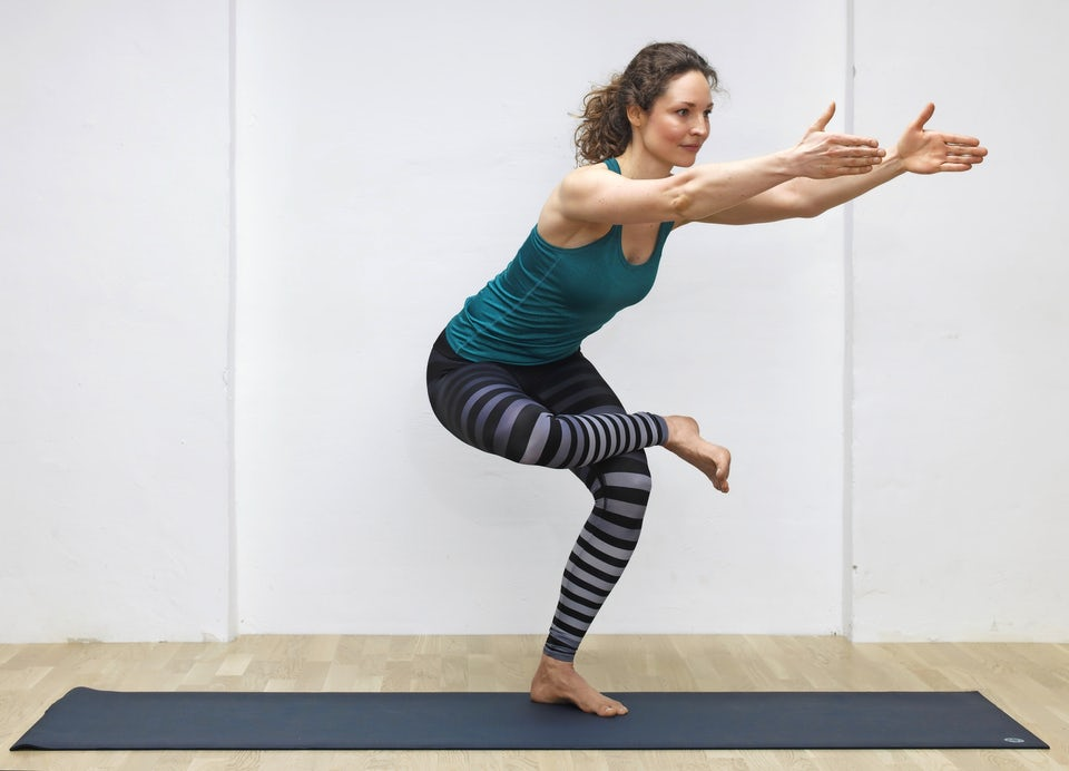 Yogainstruktør Susanne Lidang viser her øvelsen Stående due.
