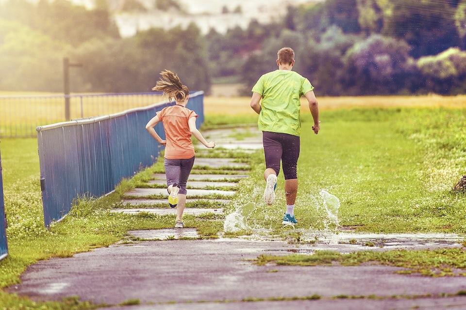 Par springer ute i naturen.