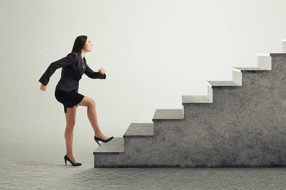 Kvinde går op ad trapper