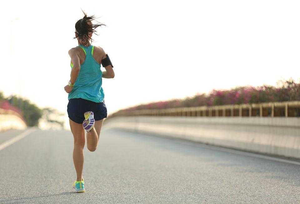 Kvinna springer på asfalt.
