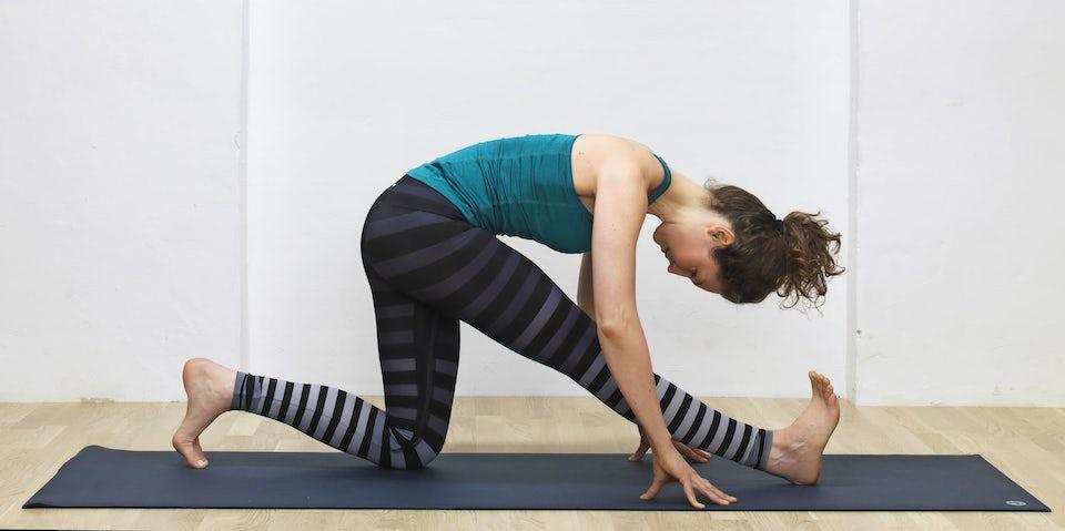 Yogainstruktør Susanne Lidang viser, hvordan øvelsen Siddende runner's stretch ser ud.
