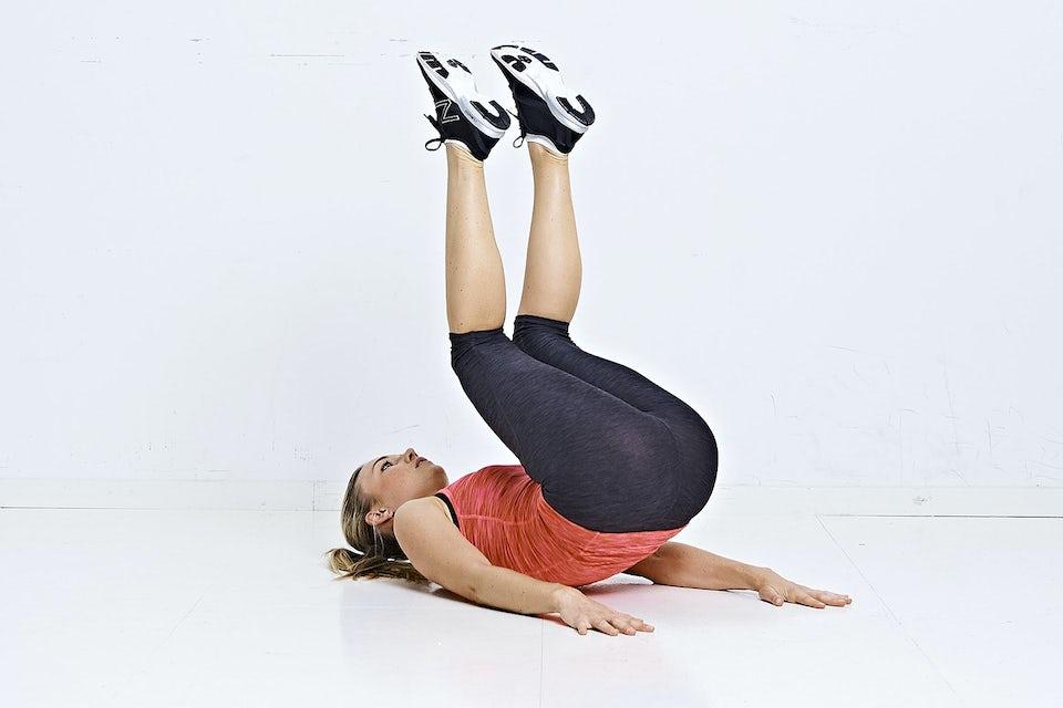 Kvinne gjør omvendt ryggrulling-burpee