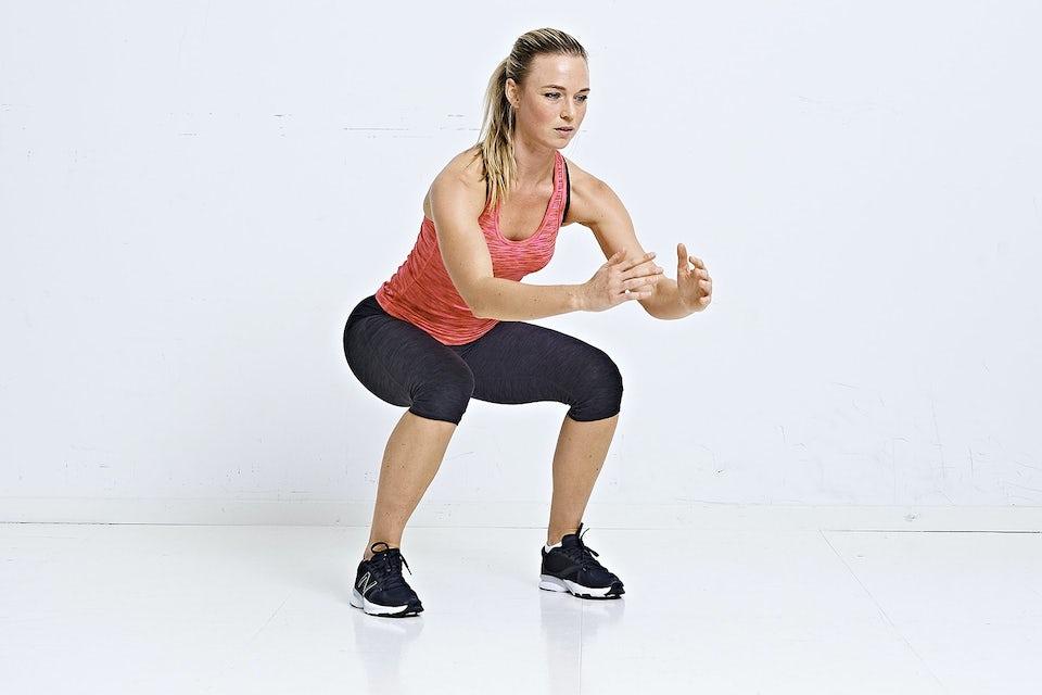 Kvinde laver jumping squat burpees.