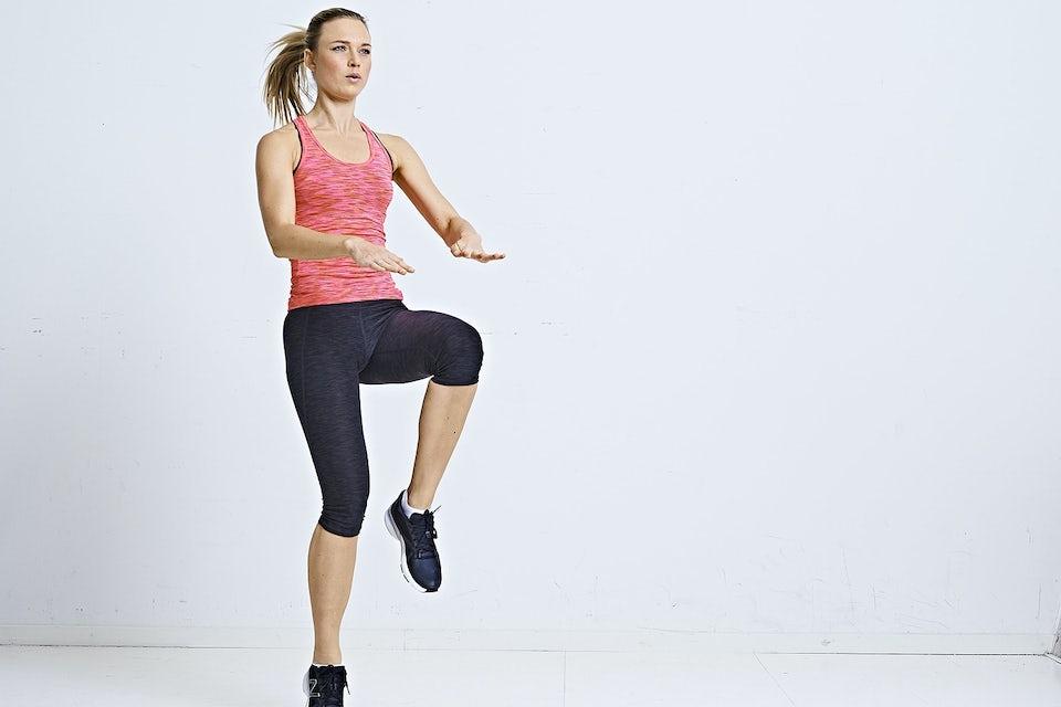 Kvinne gjør høye kneløft-burpee