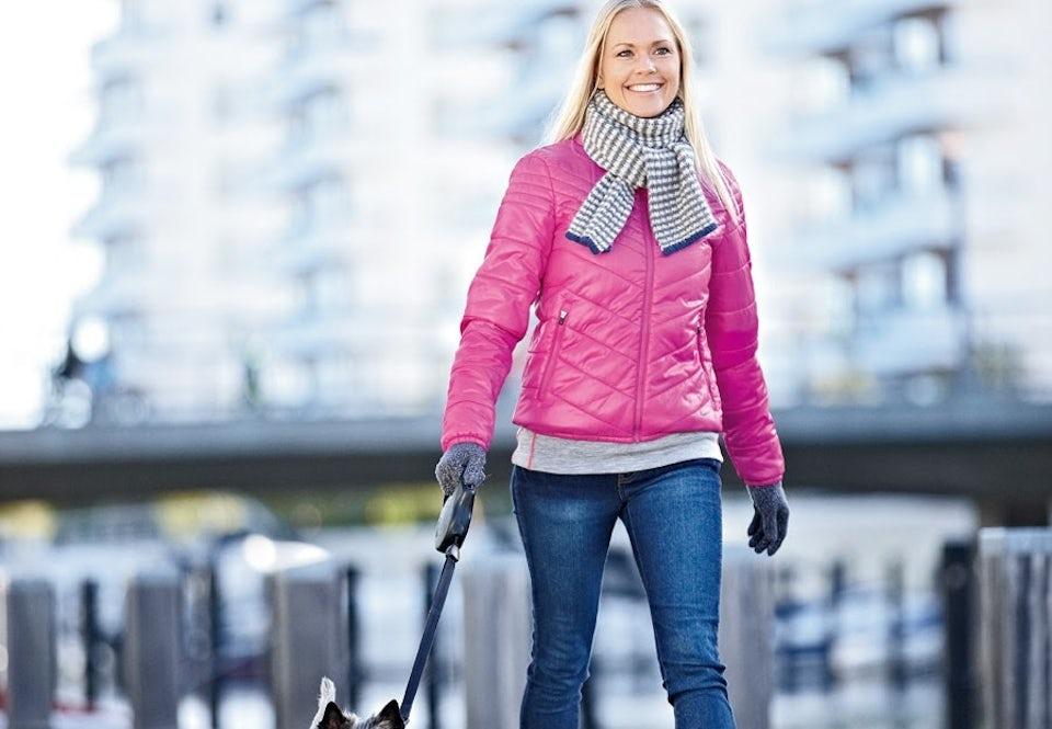 Kvinde der går en tur.