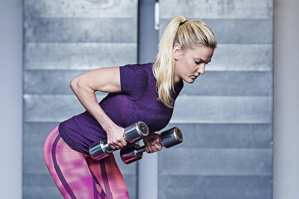 Kvinna tränar med hantlar.