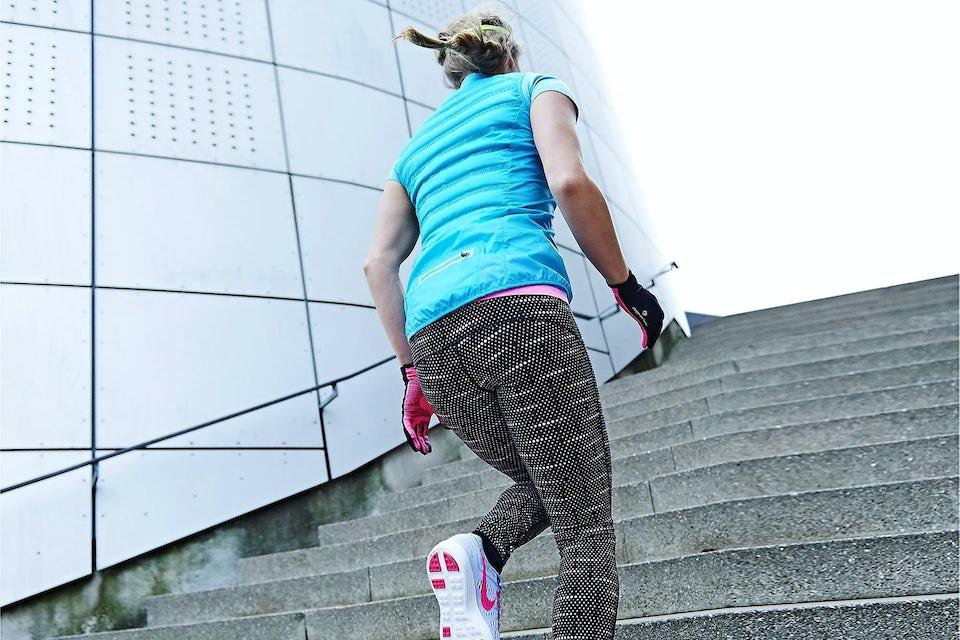 Kvinde træner på trappe.