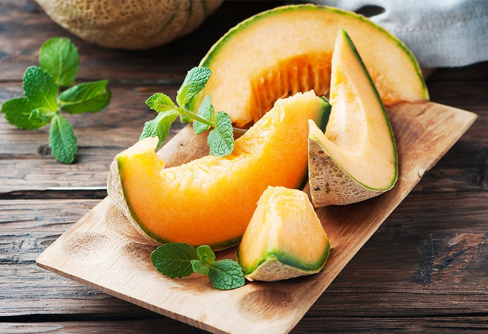 Cantaloupemelonin paloja tarjoiluvadilla