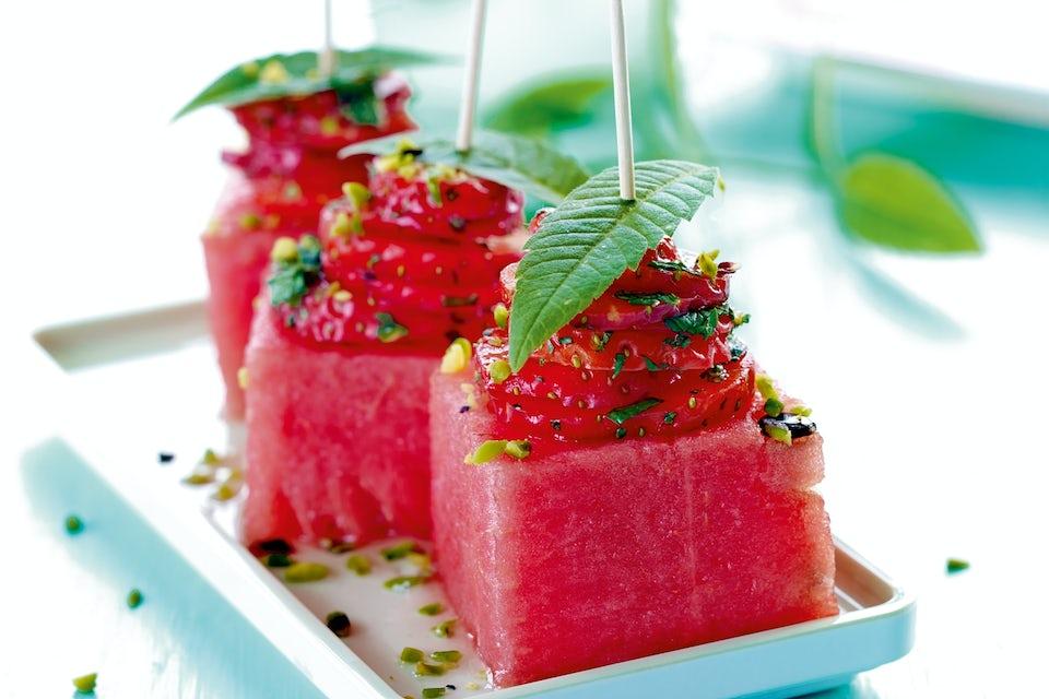 Saftige vandmelon-firkanter på fad